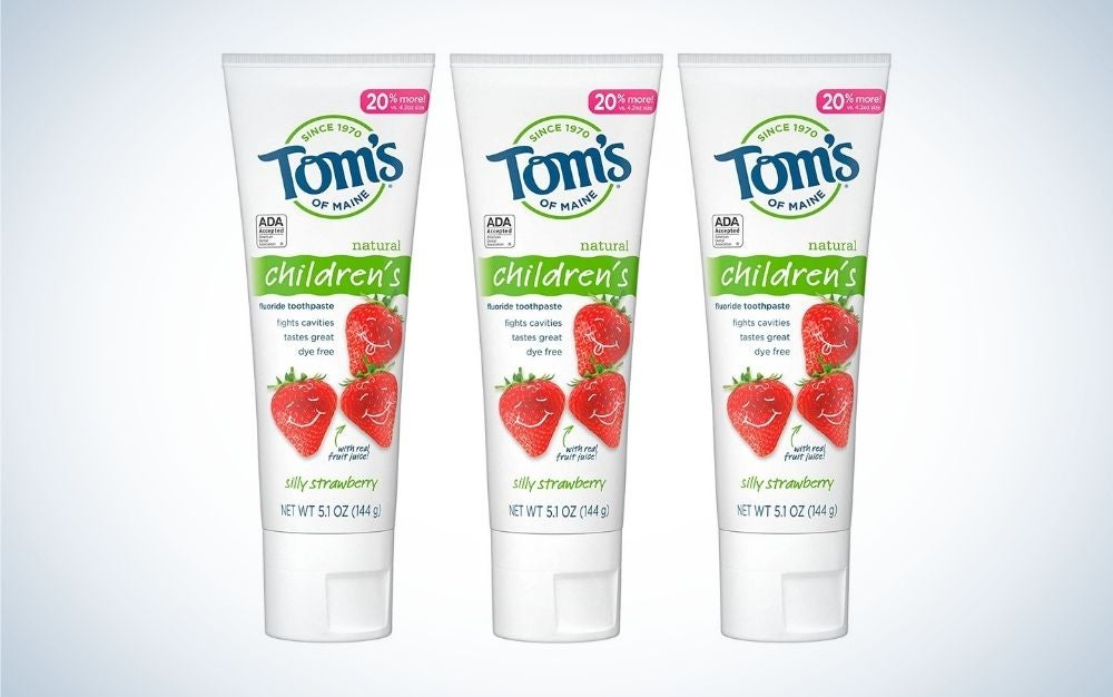 Three toothless toothpastes with Tom's inscription and strawberries in the picture above them.